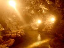 【大洞窟風呂】当館の名物!ほのかな灯りと岩肌を伝い落ちる滴の音が神秘的な雰囲気を醸し出しています。