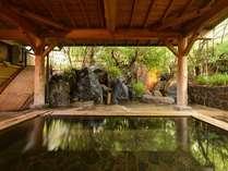 *露天風呂/温かい湯船に浸かりながら、自然のぬくもりに心癒されるひと時。