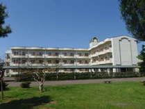 全室バルコニー付き。小坂川のほとりに建つ白亜のホテルです。