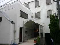 JR鳥取駅から徒歩で10分、お車で4分程度です。鳥取駅北口より東方面へ高架に沿っておいで下さいませ。