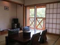 窓の外には、大自然の緑がすぐそこです。日本人が一番落ち着ける和室にてごゆっくりおくつろぎ下さい。