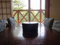 窓の外には、大自然の緑がすぐそこです。日本人が一番落ち着ける和室にて、ごゆっくりおくつろぎ下さい。