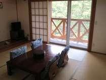 窓の外には、大自然の緑がすぐそこ。日本人が一番落ち着ける和室にて、ごゆっくりおくつろぎ下さい。