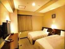 セミダブルサイズとシングスサイズのベッドを備えたツインルーム。
