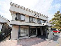 *【外観】韮崎の雄大な山々に包まれた、開業1845年の歴史ある旅館です