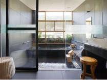 【硯湯】~suzuriyu~ 浴槽や浴室内に黒御影石を使用しており、落ち着いたクラッシックな風合い