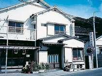 外観。乙浜港まで徒歩1分。汐浦海水浴場まで徒歩約8分