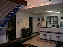 20畳のリビングと対面のキッチンには、生活できるほどの設備・食器類等を備え、隣には焼肉専用室を併設。