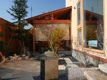ちょっとした庭があります。吹き抜けのリビングから、または、露天風呂側から庭に出られます。