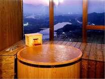【展望ヒノキ風呂付洋室】お風呂は一面ガラス張り。時とともに姿を変える景色をお楽しみいただけます。