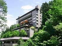 自然豊かな伊香保に建つ重厚な老舗宿