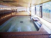 一面ガラス張りの大浴場は開放感いっぱい【福の湯(男性用)】