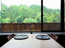 個室のお食事処「旬楽」の窓側の心地よいテーブル席。