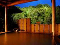 """夕暮れ時の『福の湯 露天風呂』。山々に囲まれた開放的な露天風呂には、名湯""""黄金の湯""""が湛う。"""
