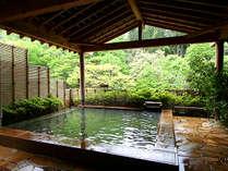 四季折々に色を変える露天風呂。黄金の湯を湛え、澄んだ空気の中で存分に湯あみをお楽しみください。