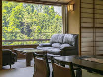 夏には美しい緑、秋には紅葉を眺める伊香保の自然に包まれた客室。