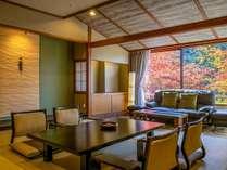 まるで絵画のように美しい、色づく秋の景色を独り占め。万葉館和モダン客室