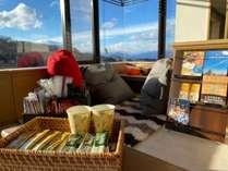 高階層に【ワーケーションコーナー】をご用意しました。クッションテーブルやフリーのコーヒーマシンも!