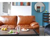 ■4階 ヨシノ■ リビング 白や木目調の中にカラフルな配色を随所に施したこだわりのデザイン
