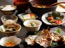 ~藍の朝ごはん~ お味噌汁や干物はグループ様で盛り合わせにて。白米かお粥が選べます。※写真は3名分