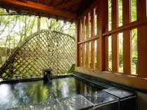 ~初月(はつづき) NAタイプ~ 露天風呂は石造り。中庭の木々や四季を感じながらお入り下さい。
