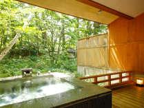 ~如月・弥生 NDタイプ~ 露天風呂は石造り。濡れ縁もあり庭を眺めてお寛ぎを
