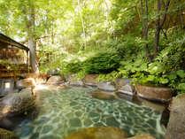 ~露天風呂 岩~ 広めの大浴場から繋がる露天風呂、檜露天よりも広めの造りとなります。