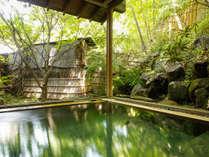 ~露天風呂 檜~ 小さめの大浴場から繋がる露天風呂、岩露天よりもコンパクトな造りとなります。