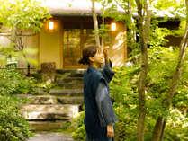 ~アプローチ~ 木漏れ日を浴びながら散歩ができる、アプローチ。心地よく日差しを浴びて。