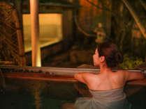 ~露天風呂 檜~ 夜の情緒溢れる檜露天。思わず長湯したくなっちゃいますね。