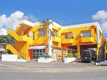 【外観】建物一面オレンジ色でひと際目立つペンションオレンジBOX