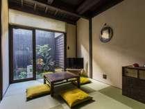 坪庭を望むリビング。おしゃれな現代風の和室として設えました。
