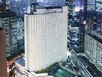 ビジネス、ショッピングの中心地、新宿副都心の超高層ビル街に位置。