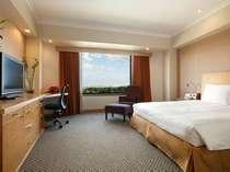 DXプラスルーム(高層階・35平米)は大人のステイにオススメの上質な空間。バスルームには高機能シャワー設置