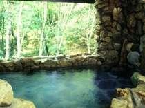 渓流を目前に臨む地下洞窟風呂02