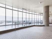 壮大なパノラマを前に開放感溢れる空間の展望大浴場