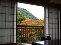 紅葉の山々と箒川を眼下に眺める贅沢な眺望