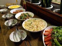 ★プチバイキングの風景★ご飯・お味噌汁に各種おかずをご用意♪日替りでお楽しみ下さい。
