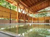 露天風呂は開放的な雰囲気