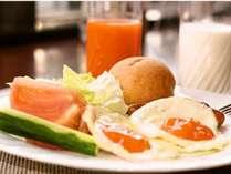 調理人が一枚一枚丁寧に焼き上げた卵料理は絶品。バイキング形式の朝食です。