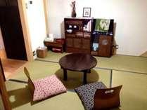 4畳半の居間。ちゃぶ台、座布団でごゆっくり。