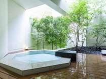 【風呂】全室客室露天付。滞在中は温泉がいつでも楽しめる。