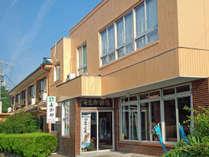 紀州由良・衣奈海岸に当館はあります。海が目の前。夏はお部屋から水着で海へ!!
