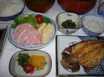 ご飯は新潟産コシヒカリ!当館自家巻き玉子焼、駿河湾の干物!他を召し上がりください。