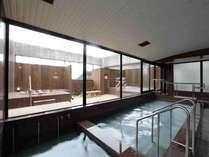 大浴場には小さいですが露天風呂もございます。