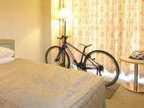 愛車と一緒に泊れるお部屋。お部屋でじっくりメンテナンスができます!