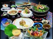 夏らしく「涼」を食材に盛り込んだ彩り豊かな料理長こだわりの会席料理(一例)