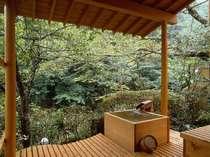 露天風呂客室の風呂に注がれる湯は適度に温めた源泉かけ流し(一例)
