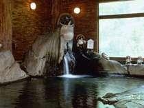 元湯の滝を借景にタヌキを眺めて気侭に湯浴み。