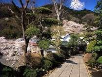 【外観】  *玄関へと続く道を歩くと季節毎に表情を変える山並みをお楽しみ頂けます
